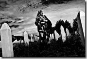 """17.09.2009, Bosnien, Srebrenica, xxx. Sprecherin der """"Witwen von Srebrenica""""  auf dem Gelände der Gedenkstätte von Srebrenica"""